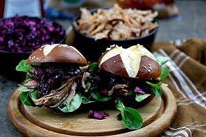 Pulled Pork Burger mit Rotkohlsalat
