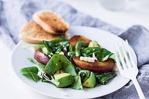 Salat mit Feta und gegrilltem Pfirsich! Perfekt für den Sommer