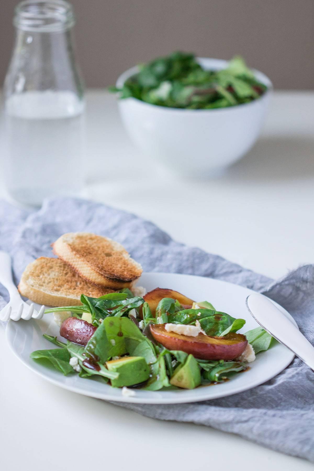 salat mit feta und gegrilltem pfirsich perfekt f r den sommer a matter of taste. Black Bedroom Furniture Sets. Home Design Ideas