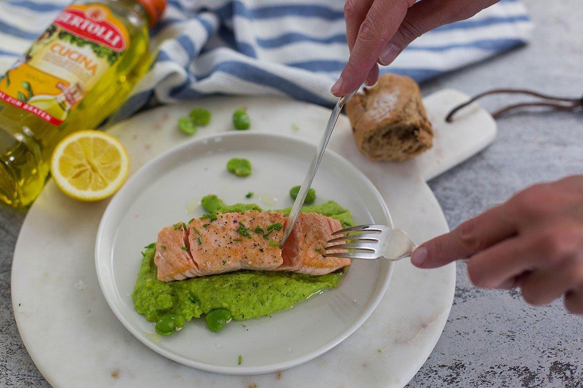 leckerer gebratener Lachs mit dicke Bohnenpüree