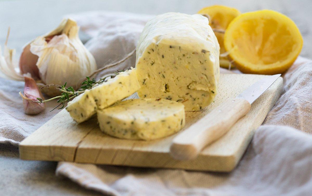 Zitronenbutter mit Thymian und Knoblauch