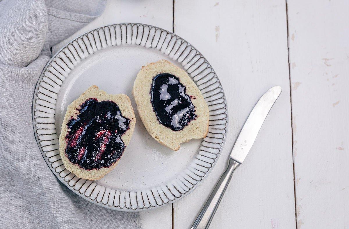 Blaubeermarmelade mit Milchbrötchen