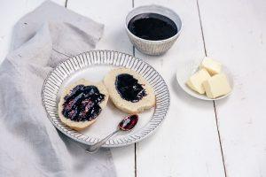 Milchbrötchen mit Blaubeermarmelade-ein neues Frühstücksrezept