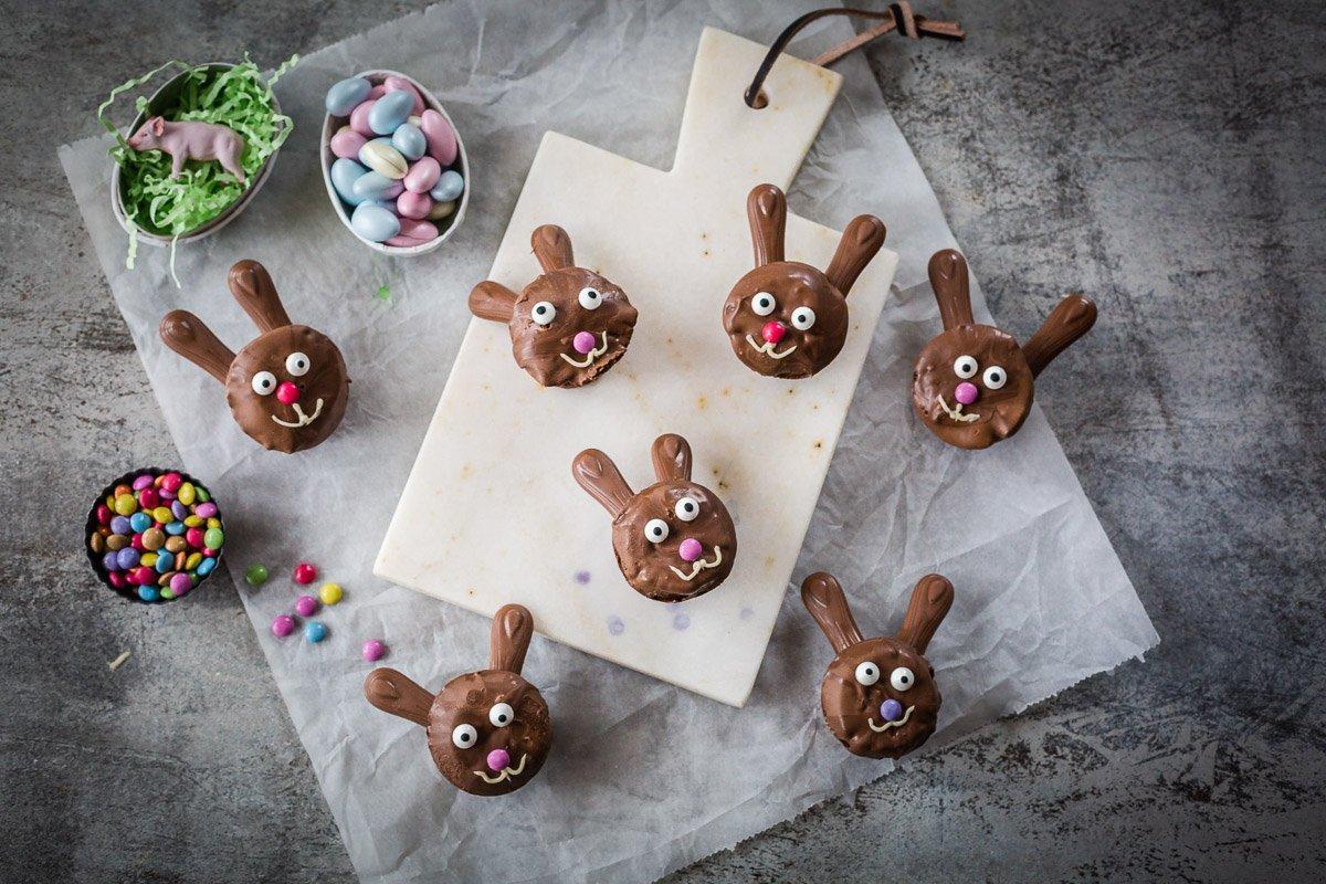 Osterhasen backen aus Schokoladenmuffins