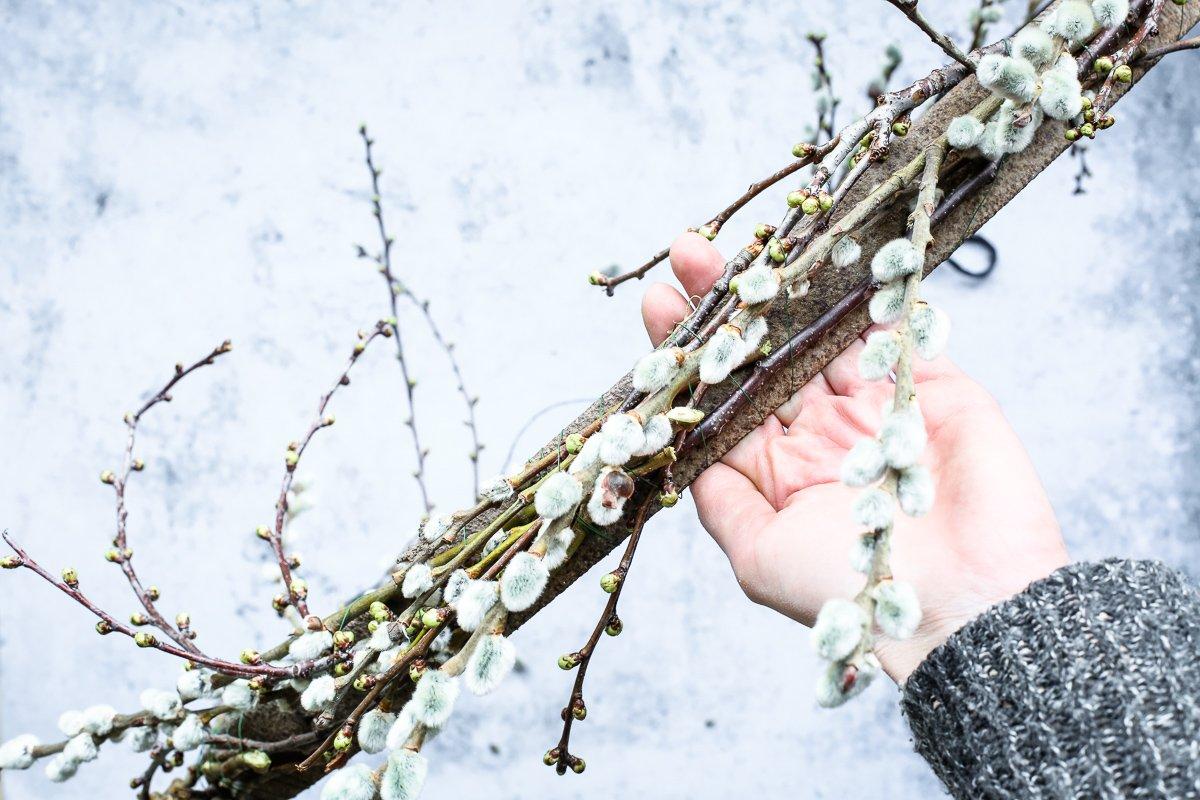 Osterdeko basteln - Osterkranz mit Zweigen