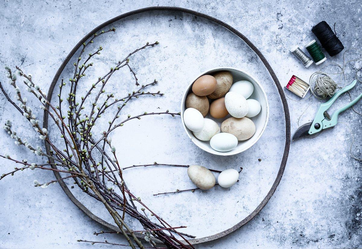 Osterdeko basteln- Osterkranz mit Zweigen und Eiern