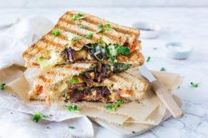 Avocado Sandwich mit krossem Bacon