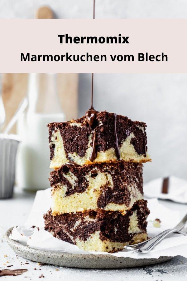 saftiger Thermomix Marmorkuchen vom Blech. Du kannst den Kuchen ganz einfach mit Kirschen aufpeppen