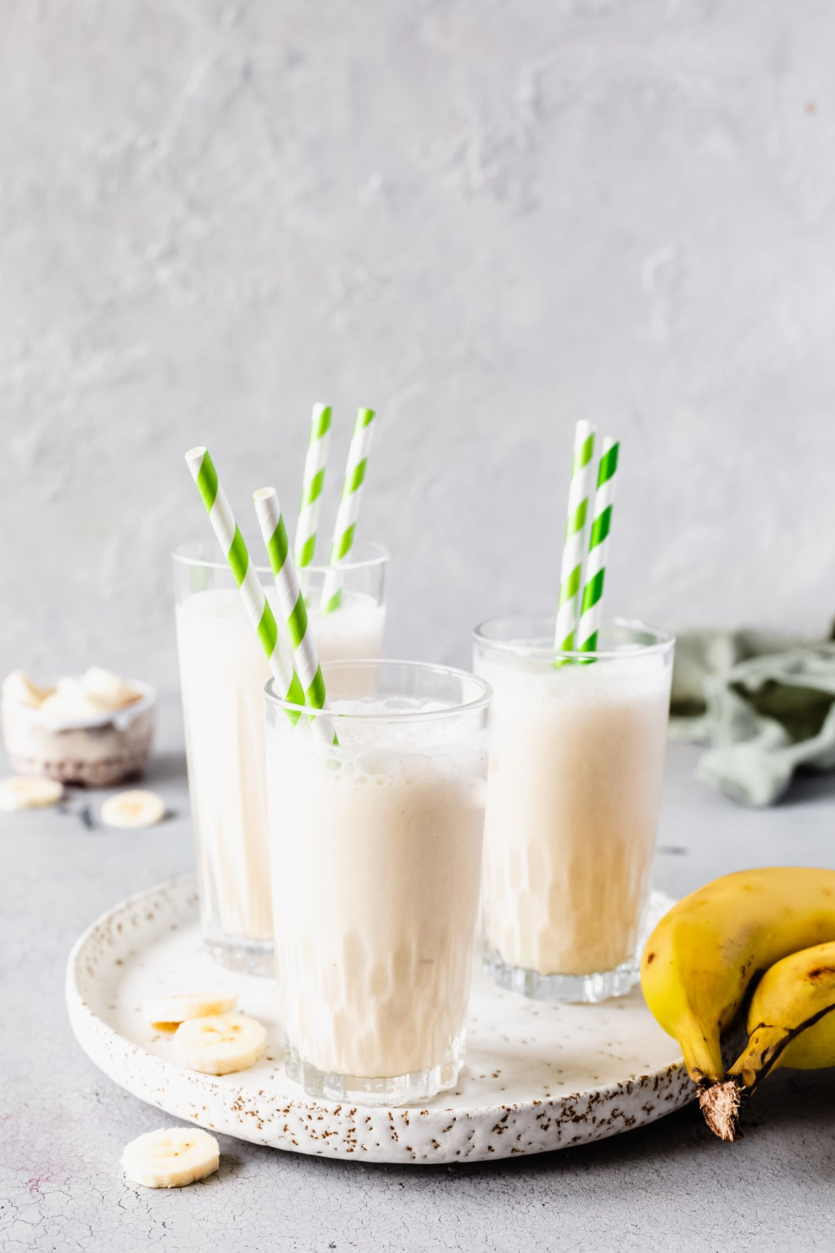 Bananen-Milchshake in drei Gläsern mit Strohhalmen